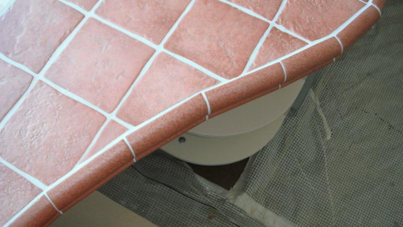 столешница из плитки на кухне.jpg