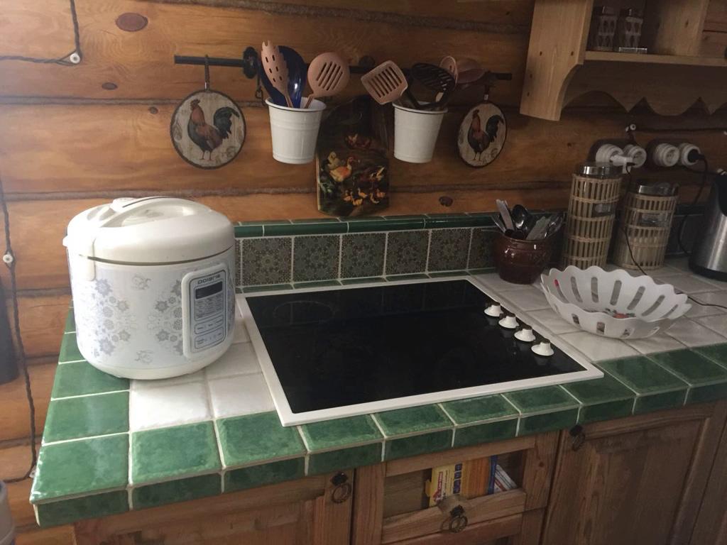 Кухня кантри и столешница из плитки.jpg
