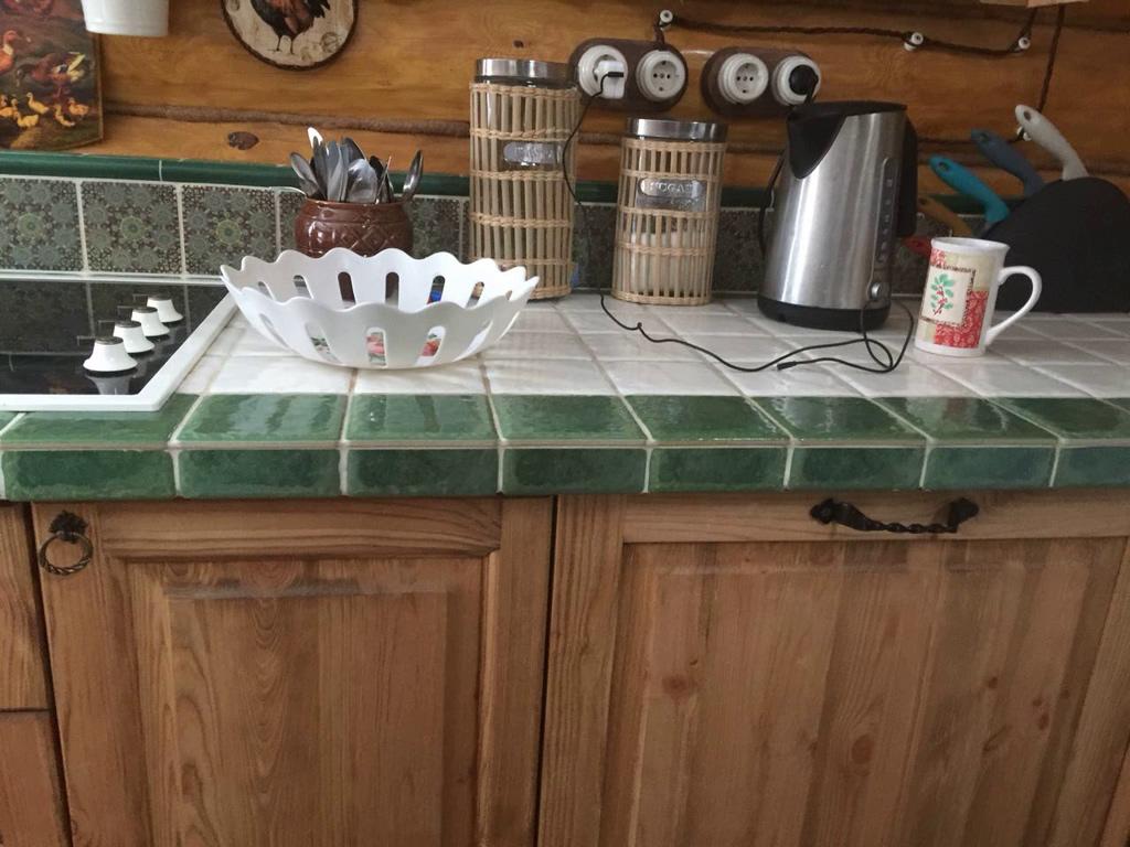 Столешница из кафеля и кухня кантри из массива.jpg
